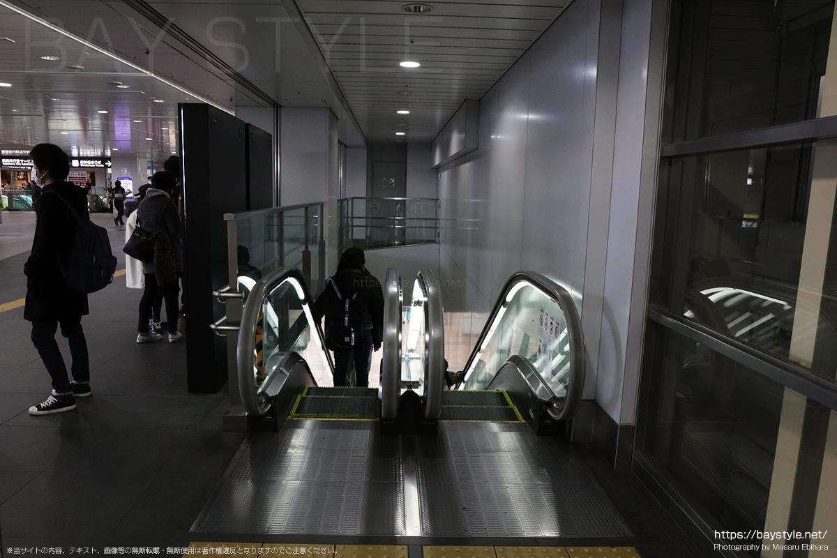 JR新横浜駅改札口(2階)から1階へと降るエスカレーター