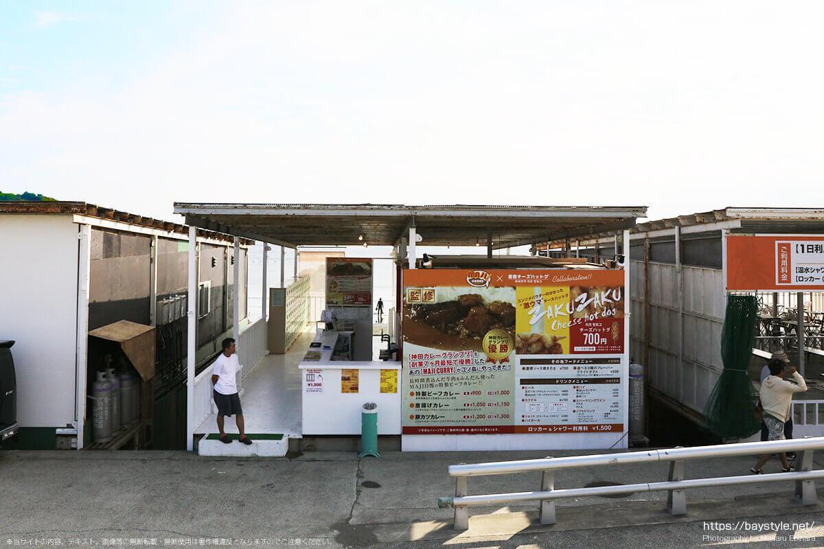 マジカレー×原宿チーズハットグ、片瀬西浜海水浴場の海の家